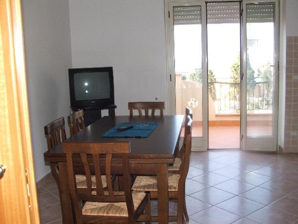 Foto Tavolo e TV in cucina Casa Vacanza Gioiosa Marea Cod. F85K