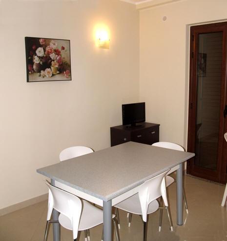 Tavolo + TV in Cucina Casa Vacanza a Gliaca di Piraino Cod. GP03